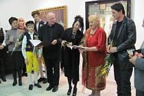 Zleva zpěvačka Feng Yün Song, dudáci Hynek a Patrik Hradečtí, ilustrátor knihy Václav Sika, kmotra knihy Li – Feng, autorka Marie Rivai a druhý kmotr Reno Rivai.