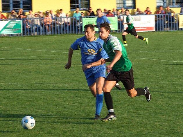 Středopolař Jiskry Domažlice Petr Mužík (v tmavých trenýrkách) v jednom z mnoha soubojů, které v utkání sváděl s doubraveckou obranou.
