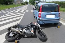 Nehoda mladé motorkářky v Domažlicích.