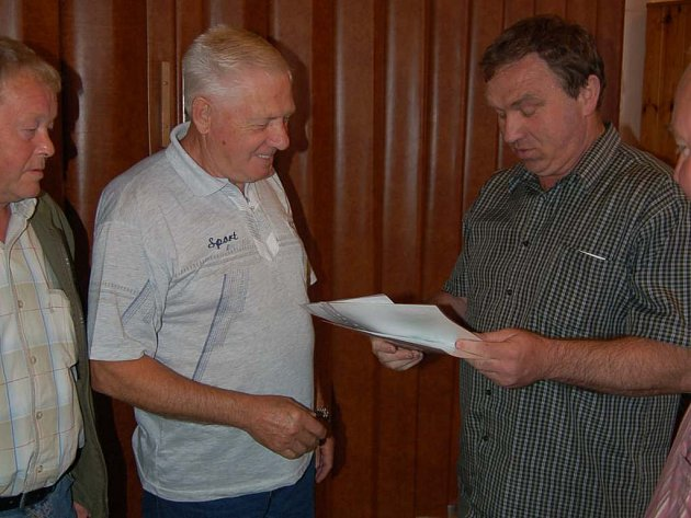 Trenér rezervy Jiskry Domažlice Jiří Pavlis (vlevo) převzal na aktivu z rukou předsedy OFS Karla Sladkého diplom pro přeborníka okresu za vítězství ve II. třídě.