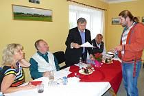 Poslanec Vladislav Vilímec přebírá na podzim 2016 petici v Semněvicích. Vlevo starosta Semněvic Josef Hálek.
