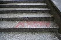 VANDALSTVÍ na schodech v Hanově parku.