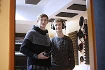 HYNEK A PATRIK HRADEČTÍ v nahrávacím studiu.