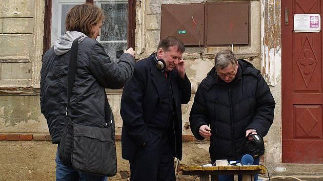 Před meclovskou farou, ředitel DCH Jiří Lodr uprostřed.