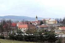 Pohled na Trhanov ze silnice od Domažlic.