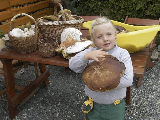 Johanka Rejšková s největším úlovkem - pravým hřibem.