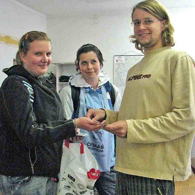 Studentky prodávaly v rámci Srdíčkového dne magnetky.