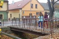 Lávka přes Zubřinu pod Brankou.