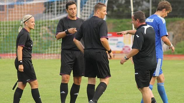 Rokycanská rozhodčí Jana Šauflová (zcela vlevo) při utkání Jiskry s Admirou.