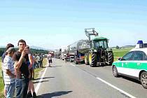 Bavorští zemědělci uvěznili cisterny, které s mlékem přijely z česka, svými traktory.