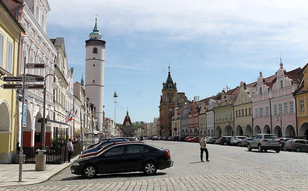 Rozvolnění bylo v centru Domažlic poznat, lidé vyrazili hlavně na nákupy oblečení a obuvi, někteří si zašli na zmrzlinu či kávu.