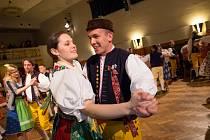 Mnoho návštěvníků předem vyprodané veselice se nenechalo zahanbit a dorazilo v tradičních chodských krojích namísto formálního plesového oblečení.