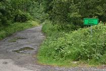 ODBOČKA DO MÝTNICE. Z hlavní silnice od Nemanic se do prostoru zaniklé obce dostanete odbočkou vpravo po 2 kilometrech.