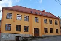 Rekonstrukce školy v Koutě na Šumavě je za svoji polovinou. Budova má už i nová okna a fasádu.
