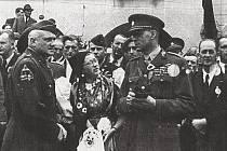 Fotografie pořízená při osvobození v roce 1945, zleva americký generál Harmon a český generál Bohumil Boček.