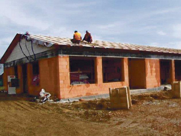 Stavba jednoho z pavilónů MŠ Poběžovice.