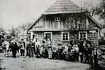 Kniha Po pěšinách Bělskem představuje historii regionu a jeho proměny. Součástí jsou dobové fotografie zaniklých obcí. Snímek pochází z roku 1907 a je na něm většina obyvatel Lískovce.