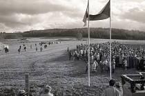 Před třiceti lety se symbolicky otevřely hranice na Lískové - Höll. Jak to vypadalo dnes a v roce 1990.