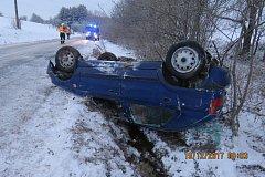 Řidička Felicie havarovala na zledovatělém povrchu.