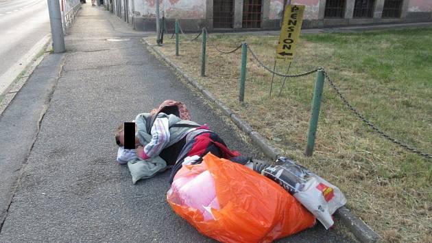 Bezdomovkyně usnula nedaleko MŠ v Poděbradově ulici.