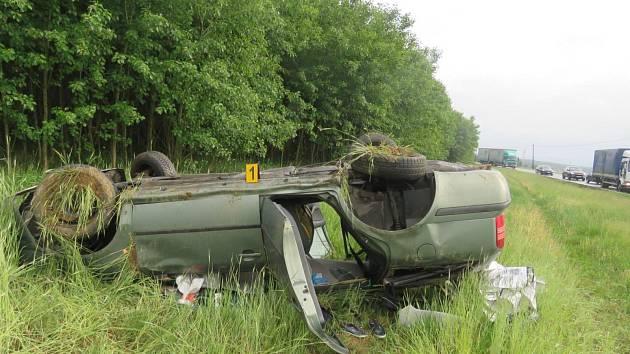 Řidička při havárii utrpěla zranění. Byla převezena do Fakultní nemocnice v Plzni.