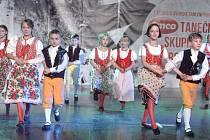 Mladší děti tančí choreografii Z Chodska.