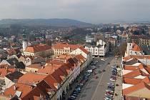 POHLED Z DOMAŽLICKÉ ŠIKMÉ VĚŽE. Vlevo se tyčí taktéž návštěvníkům přístupná věž Muzea Chodska – Chodského hradu, vpravo pak je věžička klášterního kostela.