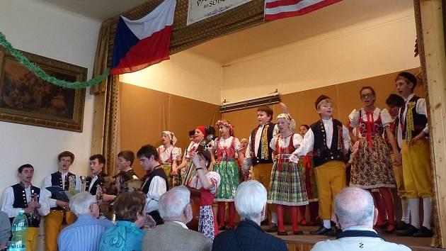 Děti z Mráčku. Snímek je z nedávného vystoupení folklorního souboru Mráček v Pasečnici.