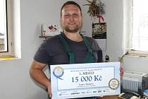 Tlumačovský chov holštýnek patřící ZOD Mrákov je 3. nejlepší mléčná farma roku v republice. S tabulkou ocenění nám zapózoval hlavní zootechnik družstva Jan Randa.
