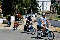 Účastníci Mopedscuku sjíždějí z bělského mostu.