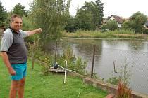 JAN BENEŠ ukazuje haldu z bahna, která vyrostla uprostřed trhanovského rybníka.