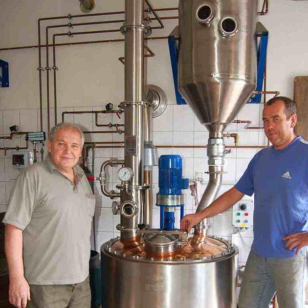 Viliam Pretzelmayer (vlevo) přijel do Pálenice ve Starém Klíčově až z Klatov. Přivezl si úrodu třešní, ze které prý bude výborná třešňovice. Majitel Pálenice V. Císler (vpravo) mu z jeho padesáti kilogramů třešní připraví čtyři až pět litrů třešňovice