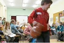Štěpán s koledou ve džbánem přiblížil dětem ze Základní školy ve Furthu im Wald jednu z českých koled. Společně se školáky z domažlické školy zpívaly koledy české i německé.