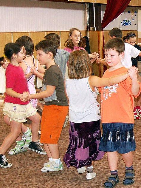 Nácviky na opravdové večerní vystoupení si zkoušely děti v běžném oblečení. Na country tance ale měly připravené nažehlené kostýmy.