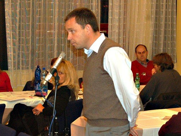 Tomáš Honsnejman vysvětluje zastupitelům záměry developerské firmy.