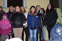 Hostouňští zahájili advent zpíváním na schodech.