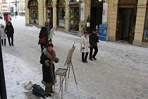 MALÍŘKA DORIS WINDLIN byla karlovarskými strážníky vyhnána z ulice  za to, že malovala obrazy.