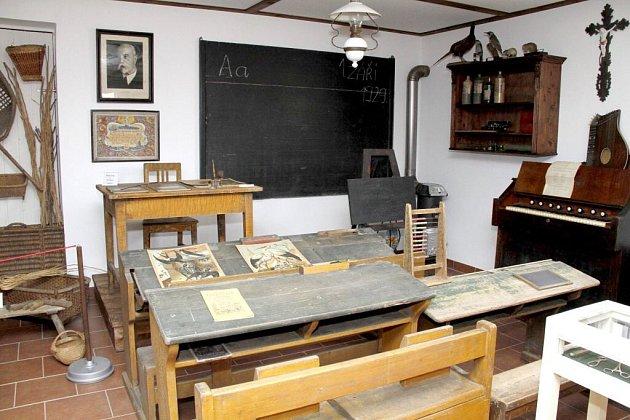 Školu jako za tatíčka Masaryka můžete vidět vexpozici kolovečského muzea. Nechybí celodřevěné lavice, klasická tabule, počítadlo, kalamář, kamna ani rákoska.