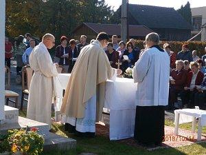 Nedělní mši svatou na prostranství u nově postavené místní kaple si nenechalo ujít spoustu lidí.