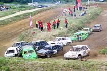 DIVOKÉ, ALE BEZPEČNÉ jsou díky předepsané bezpečnostní výbavě vozů závody stock – car, které v neděli hostí Domažlice.