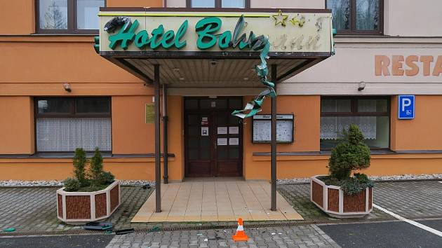 Jednatřicetiletý šofér poškodil neonový nápis a střechu vestibulu u hotelu v Babylonu. Údajně si ničeho nevšiml, a tak z místa odjel. Policisté muže vypátrali.