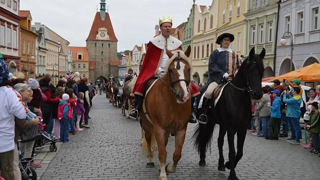 Svatováclavská jízda mění každoročně svoji trasu. V Domažlicích vrcholila v roce 2015.