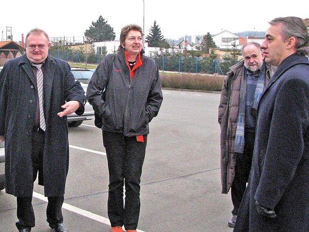 Za německé odbory DGB přijela včera do Holýšova členka výkonného předsednictva Annelie  Buntentbach (uprostřed), která má na starosti politiku trhu, a za  Odborový svaz KOVO předseda Josef Středula (na snímku zcela vpravo).