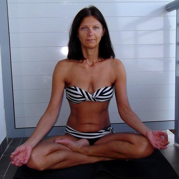 Jana Konrádyová při cvičení. Při pohledu na ni se ani nechce uvěřit, že nedávno oslavila abrahámoviny.