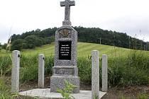 Křížek u silnice směrem na Únějovice byl nejen opraven, ale i  jeho okolí bylo nově upraveno.