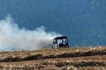 Na poli nad silnicí Klenčí-Postřekov hořel traktor.