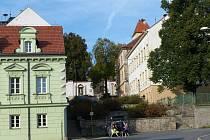 Z POBĚŽOVIC. Městu se v minulosti podařilo pěkně opravit dům čp. 50 (světle zelený). Zato budova městského úřadu (vpravo) i zámek mají do dokonalosti daleko.