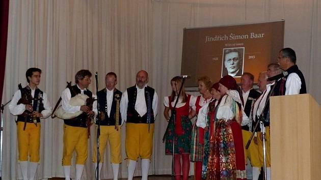 Ze vzpomínkového večera v sále U Nádraží v Klenčí. Na závěr si diváci společně zazpívali s účinkujícími.