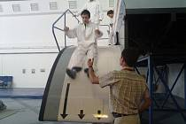 Domažličtí školáci si vyzkoušeli evakuaci z letadla.