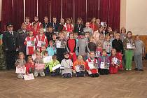 Společné foto všech zúčastněných mladých hasičů a hasiček v sále osvračínského zámku.